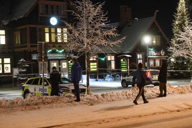 Edinilen bilgilere göre öğleden sonra saat 14 sıralarında meydana gelen saldırı olayında ağır yaralı olarak hastaneye kaldırılan genç yaşamını yitirdi. Polis zanlıları yakalamak için şehirdeki tren seferlerini durdurdu.