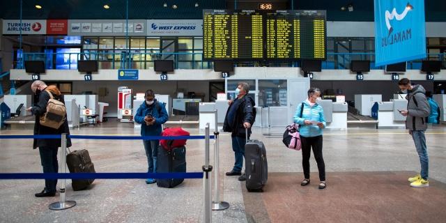 Önümüzdeki günlerde uçuşlar başlıyor. Tüm Avrupa'da uçuşlar Haziran ayı içinde kesin olarak başlayacak denilirken, İsveç'ten Türkiye'ye de uçuşların Haziran'da başlamasına kesin gözüyle bakılıyor.  İsveç hükümeti her ne kadar 15 Temmuz'a kadar mecbur kalmadıkça seyahat etmeyin tavsiyesinde bulunsa da bir yasak bulunmuyor.  Uçuşların başlaması daha önceden uçuşlarını planlayanları sevindirecek ancak, yeni bilet alacak seyahat severler için bir risk bulunuyor. Havacılık sektörünün koronavirüs krizi ile birlikte yaşadığı kayıpları telafi etmek için biletlere ciddi zamlar yapması da tartışılıyor.
