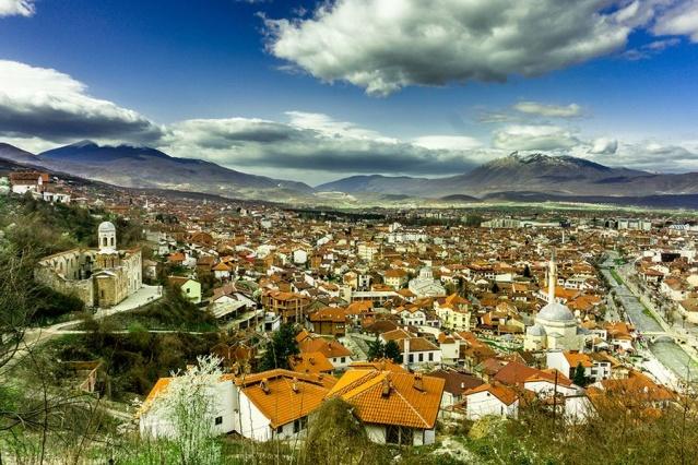 4. Kosova  Küçük Kosova, çok sayıda ziyaretçi çekmeyi başaramadan, uzun bir seyahat hedefi olarak bahsedildi. Belki de tartışmalı ülkenin 10 yıl bağımsızlığını kutlaması bu yıl değişecek.  Liderler arasında Via Dinamarca yürüyüş parkuru, Dokufest film festivali ve tomurcuklanan şarap bölgesi Rahovec yer alıyor.