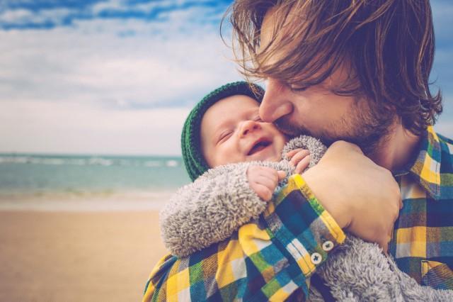 Doğum İzni Alan Babalar   Ülkemizde doğum izni kadınlar için uzun bir süre olabiliyor ama babalar için 3-5 gün arasında değişiyor. İlk düşünüldüğünde babaya 5 gün izin bile fazla diyebilirsiniz ama İsveç kadın-erkek eşitliği politikası doğrultusunda babalara da 480 güne kadar izin alma hakkı tanıyor. İsveç'te gezinirken bebek arabasıyla dolaşan İsveç erkeklerini çokça görmeniz mümkün.
