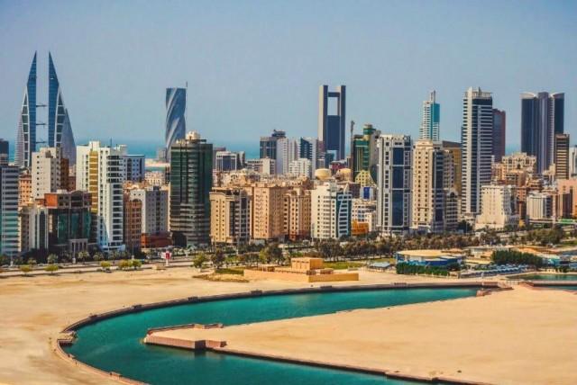 Bahreyn  15 gün vizesiz.  Kapıda vize ve Online vize uygulamaları var.  Bahreyn'e girişte ücretsiz olarak 15 günlük vizenizi alabiliyorsunuz. Vizenizin süresini gerektiğinde 15 gün daha uzattırabiliyorsunuz.   İsterseniz Bahreyn E-vize sitesi üzerinden online vize başvurusu yaparak 3 ay geçerli, her girişte 2 hafta kalış süreli, çok girişli vizeye de başvurabilirsiniz.