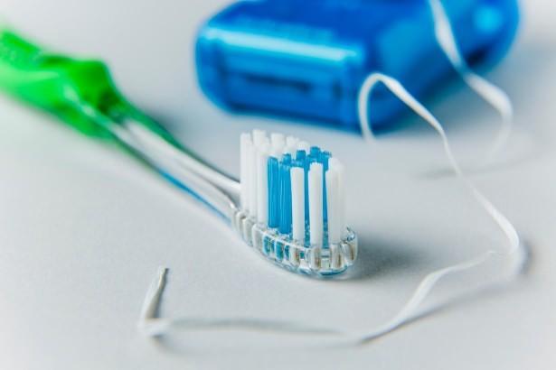 Kulağına saçma gelse bile diş fırçanı banyo haricinde başka bir odada saklamalısın.