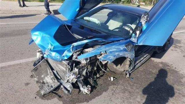 D-400 karayolunun Kalkan-Kaş istikametinde meydana gelen trafik kazasında lüks otomobil yol kenarındaki bariyerlere çarptı. Kazada sürücü yara almadan kurtulurken, araç kullanılamaz hale geldi.