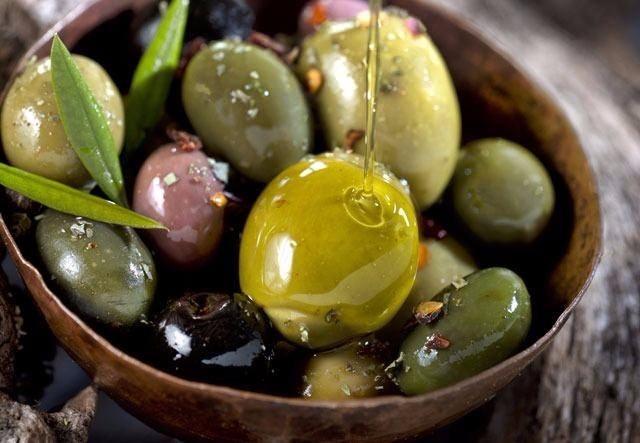 ZEYTİN YAĞI  Zeytin ve zeytin yağı çok fazla miktarda tüketildiğinde baş ağrısına neden olabiliyor. Tüketim miktarına dikkat edilmelidir.