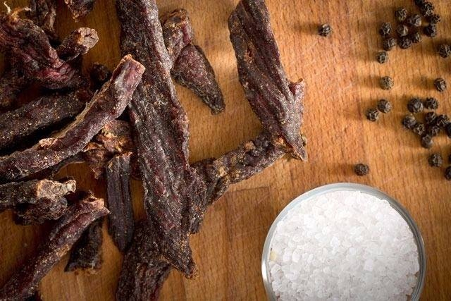 KURUTULMUŞ ET   Kurutulmuş et çeşitlerinde bulunan yüksek miktardaki nitrat ve sodyum nedeniyle baş ağrısına yol açıyor.