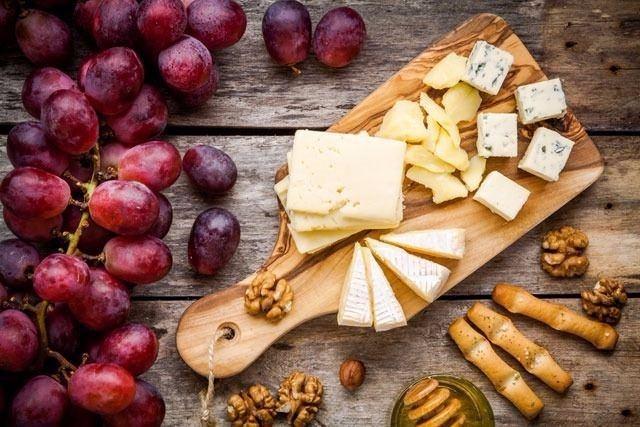 YILLANDIRILMIŞ PEYNİR ÇEŞİTLERİ  Kimi peynir çeşitleri 30 gün, kimileri 6 ay, kimileri daha uzun süre yaşlandırılır ve  eski peynirlerin fazla miktarda tüketilmesi yüksek tansiyona, alarjiye ve baş ağrısına yol açabilir