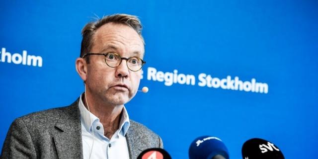 """Stockholm Sağlık ve tıbbi bakım direktörü Björn Eriksson başkent Stockholm'de artan salgınla ilgili uyarılarda bulundu.  Eriksson, """"Mücadele ettiğimiz zor, korkunç ve hızla artan bir enfeksiyon. Tek bir asistanın hastalanması veya ölmesi kaldırılamaz"""" ifadeleri kullandı.  İnsanların Halk Sağlığı Kurumu'nun yayınladığı tavsiyelere uymamasına tepki gösteren Eriksson, """"İnsanların bu kadar uzun süre hayatlarını sınırlandırmanın sıkıcı bulması anlaşılır bir durum. Ancak alternatif bir yol yok, yayınlanan tavsiyelere katlanmalıyız"""" dedi."""