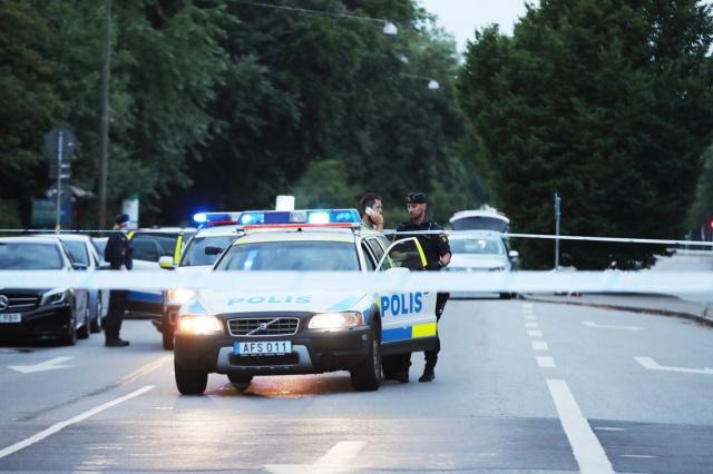 İsveç'in Malmö şehrinde düzenlenen silahlı saldırı sonucunda şuana kadar 3 kişi hayatını kaybetti ve toplam 6 kişinin yaralandığı belirtildi. Olayla  ilgili kapsamlı soruşturma yürütlürken, basına düşen olay yeri gönrüleri şöyle...