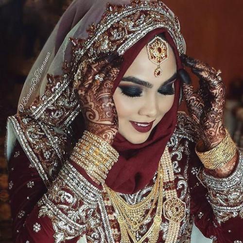 Müslüman gelinler ise hicap denilen güzel kıyafetler giyerler. Müslüman gelinlerin birbirinden güzel gelinlikleri büyüledi.