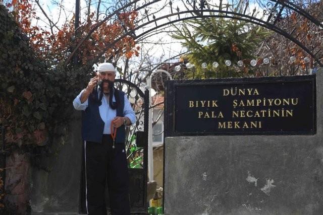 Çankırı'da yaşayan 80 yaşındaki Necati Çelik'in 47 yıldır kesmediği bıyıkları, 2 metre 60 santimetreye ulaştı.