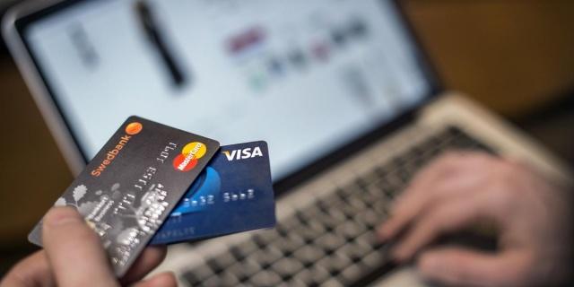 İsveç'te alışverişlerde kredi kullanımı konusunda rekor artış yaşandı.  SvD'nin ürettiği istatistiklere göre, son üç yılda tüketici kredisi sunan beş büyük kredi şirketine hane halkı borcu 1 milyar krondan fazla arttı.