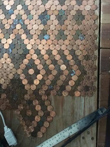 TonyTooners isimli kullanıcısı, oturma odasının zeminini bozuk paralarla kaplamaya karar verdi. Aklındaki tasarım parlak bozuk paralardan oluşuyordu.