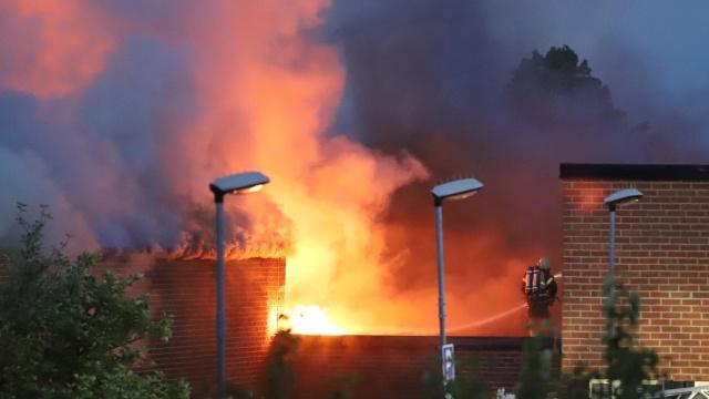 Stockholm'ün güneyindeki Bredäng'de bulunan Slättgårdsskolan  okulunda büyük bir yangın çıktı.  Mart ayında çıkan yangınla spor salonu kullanılamaz hale gelen okul bu sefer daha büyük bir yangınla karşı karşıya. 40 itfaiyecinin müdahale etmesine rağmen yangının gece boyunca bir türlü kontrol altına alınamadığı belirtilirken, yangının kundaklama sonucu çıktığı üzerine soruşturma başlatıldı.