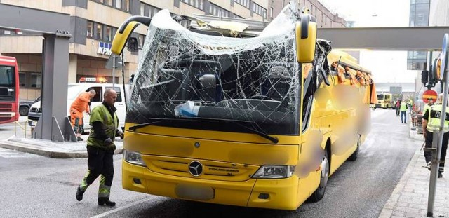 İsveç'in başkenti Stockholm'de turisleri taşıyan otobüs Stockholm'deki birçok otobüsün takıldığı Klaratunneln e takıldı.