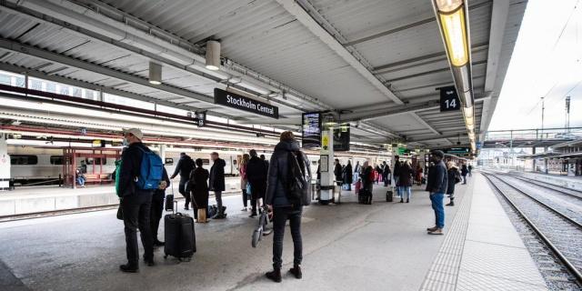 İsveç, mutasyonları sınırlamak ve salgının yayılımını azaltmak için yeni kısıtlama kararları aldı.  Bugün itibariyle 150 km'yi aşan seyahatlerde otobüs ve trenlerde koltukların sadece yarısı satılabiliyor. Kural, koronavirüsün yayılmasını yavaşlatmak için getirildi.