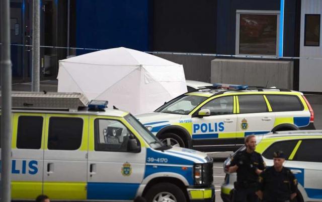 Södertälje'de öğle saatlerinde meydana gelen silahlı saldırı sonucu hedef olan kişinin ensesine tek el ateş edilmek üzere yaşamını yitirdiği açıklandı.  Olayın başlangıcında durumu hakkında bilgi verilmezken, olay yerinde çok sayıdaki polis ekibi saldırganı yakalamak için çalışma başlattı. Ancak yapılan açıklamalara göre henüz kimse yakalanmadı.