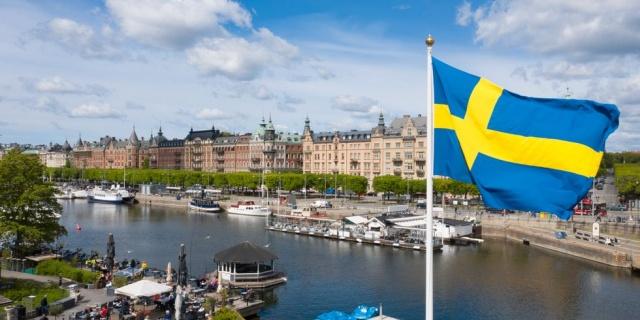 Tüm dünyada olduğu gibi, İsveç'te salgınla birlikte yaşanan ekonomik daralmadan nasibini aldı.  Özellikle otel konaklama ve turizm alanı başta olmak üzere, havacılık branşı vb. bir çok alanda ciddi ekonomik daralmalar yaşanırken, tüm bu ekonomik daralmaların işsizlik üzerindeki etkisi de giderek arttı.  Hala işsizlik rakamları İsveç açısından ciddi oranda yüksek olsa da ekonomide bir toparlama görülüyor.  İsveç ekonomisinde, özellikle imalat sanayinde, ruh hali iyileşiyor.