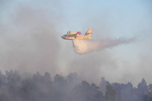 Havadan ve karadan birçok söndürme ekibinin müdahale ettiği orman yangını bir türlü kontrol altına alınamadığı belirtildi.