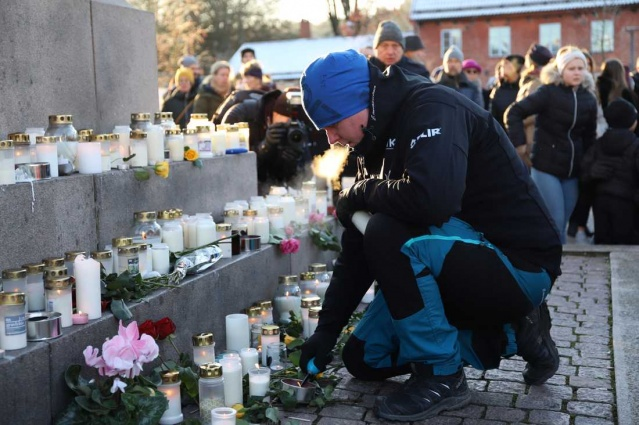 İsveç'te haftalar önce kaybolan ve önceki gün cesetinden parçalar bulunan 17 yaşındaki Wilma Andersson için Uddevalla şehrinde bugün bir anma töreni düzenlendi.