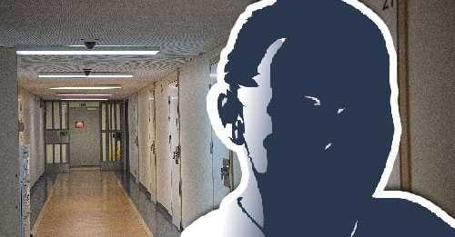 """İsveç'teki bir cezaevinde ortaya çıkan tecavüz skandalı şaşkınlık yarattı.  Polis, Stockholm bölgesindeki bir hapishanede bir tecavüz olayını araştırıyor.  Edinilen bilgiye göre, bir mahkuma masaj yapan kişi mahkumun cinsel saldırısına maruz kaldı.  Cuma günü olayın yaşanmasından sonra polis ve adli teknik personeller cezaevine çağırıldı.  Hapishane müdürü, """"İki mahkum arasında bir olay yaşadığımızı teyit edebilirim. Hücre hapsine kondular ve olay polise ihbar edildi, bu yüzden artık olay polis soruşturmasının bir parçasıdır."""" dedi."""