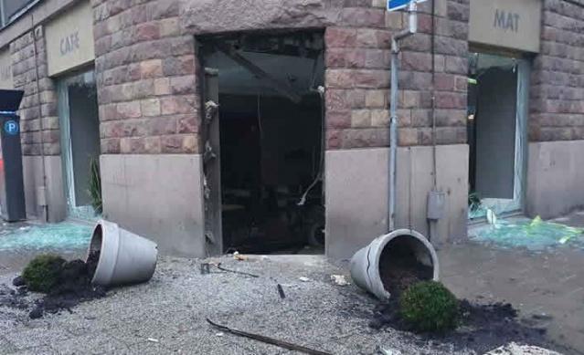 İsveç'in başkenti Stockholm'ün merkezinde gece yarısı büyük bir patlama meydana geldi.  Edinilen bilgilere göre, bir kafenin girişinde meydana gelen patlama sonucu kapılar camlar dağıldı.  Patlamayı duyanlar panik yaşarken, patlamayı duyan bazı tanıkların beyanlarına göre patlama o kadar güçlüydü ki, Stockholm'ün merkezindeki başka kısımlarda da duyuldu.