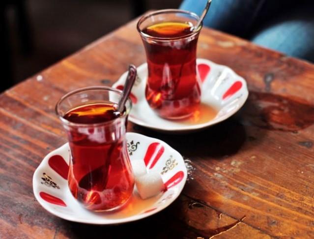 Sofralarımızın baş köşesinde yer alan çay, sanılanın aksine o kadar da masum değil.Uzmanlar çay tüketimi hakkında uyarıyor.