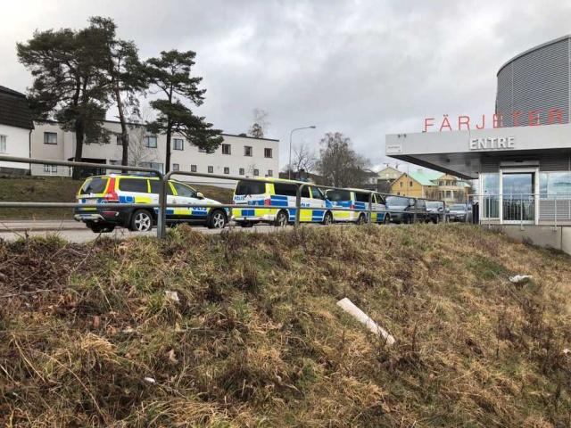 Edinilen bilgilere göre, Nynäshamn'dan Gotland seferi yapması beklenen bir feribotta polis operasyon başlattı.  Polisin operasyon düzenlediği feribottaki bir kabinde bazı kişilerin barikat kurarak polisin girmesini engellemeye çalıştığı söylendi.  Nynäshamn'daki terminalde çok sayıda polis ekibi bulunuyor.  Stockholm bölgesindeki polis teşkilatından Towe Hägg, teknelerden birinde yer alıyoruz ve durumu araştırıyoruz dedi.