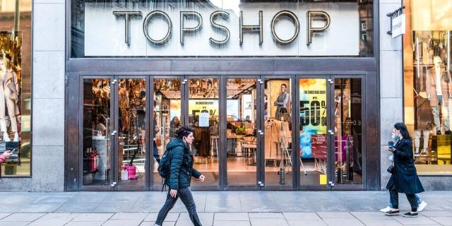 Pandemi, dünyanın dört bir yanındaki giyim şirketlerini yeniden düşünmeye zorluyor. Mağazalar yeniden kapanıyor ve iflaslar başlıyor. En kötü etkilenenler arasında İngiliz perakende zincirleri var.  Topshop yeniden yapılanmada   İngiliz giyim zinciri Topshop zor günler yaşıyor. Marka, Philip Green'in Arcadia moda grubunun bir parçasıdır.  Arcadia iflasın eşiğinde ve 1 Aralık'tan bu yana yeniden yapılanma altında. Ana şirket 30 milyon sterlin acil kredi alamadığı için şirketin geleceği çok belirsizdi.  Topshop'a ek olarak, şirkette Miss Selfridge, Dorothy Perkins, Wallis, Evans gibi moda zincirleri ve ayrıca erkek moda markası Burton gibi bir dizi başka markası bulunuyor.  Şirketin yaklaşık 13.000 çalışanı ve büyük bir mağaza ağı var. Mağazalar en azından başlangıçta açık kalmaya devam edecek.  İşadamı Mike Ashley, Frasers Grubu aracılığıyla Arcadia markalarına ilgi gösterdi.