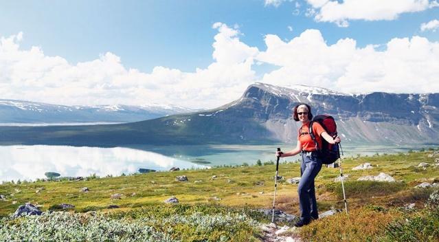 Midnattssolsvandring (Gece yarısı güneş ışığı) - Kungsleden  STF, gece yarısı güneşinin sihirli ışığını yaşamak için bir hafta dağda yürüyüş düzenliyor. Hafta boyunca, katılımcılar, ihtiyacınız olan ekipmanı güvenli bir şekilde ve nasıl ödünç alabilecekleri konusunda tavsiyelerde bulunurlar. Saltoluokta ve Kebnekaise Dağ İstasyonları'nda konaklama ve yemekler fiyata dahildir.