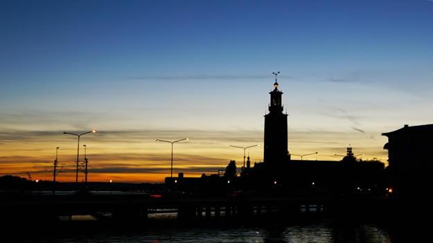 City Hall  Belediye Binası, Stockholm'ün sembolü ve İsveç'in romantik mimaride yapılan en önemli eseridir. Mimar Ragnar Östberg tarafından tasarlanan binanın yapımına 1911 yılında başlanmış, 23 Haziran 1923 yılında tamamlanarak hizmete açılmış. Açılış tarihi İsveç'in en önemli kralı olan Gustav Vasa'nın Stockholm'e gelişinin 400. yılına denk getirilmiş.  Mimari olarak oldukça ilgi çekici duran binanın yapımında 8 milyon tuğla kullanılmış (koyu kırmızı görüntüsünü bu tuğlalar sağlamaktadır). 106 metre yükseklikte yapılan kulesinin üstüne İsveç'in sembolü olan 3 taç bulunmaktadır.  Dışarıdan bakınca sıradan bir binaymış gibi duran Belediye Binası'nın asıl olayı iç mimarisinde gizli. Her yıl Nobel ödülerini almaya hak kazananların yemek yediği Blue Hall, Bizans stili mozaiklerle kaplı (büyük bölümü altın olan) Golden Hall, Konsey toplantılarının yapıldığı salon ve prenses salonu gibi pek çok önemli bölüm farklı mimarlar tarafından kendi perspektiflerinde tasarlanmışlar.