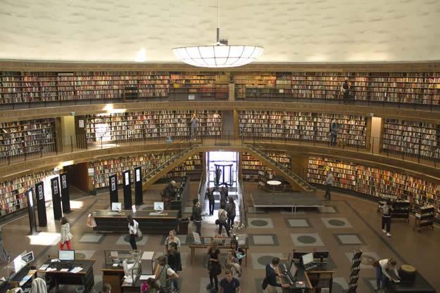 City Library Şehir Kütüphanesi Stockholm Şehir Kütüphanesi, tıpkı Belediye Binası'nda olduğu gibi koyu kırmızı görünümlü ve sıradan bir bina gibi dursa da, aslında dünyanın en ilgi çekici kütüphanelerinden birisidir. Çizimi İsveç'in en ünlü mimarlarından biri olan Gunnar Asplund tarafından yapılan ve 1928 yılında açılan kütüphanede 2 milyondan fazla kitap bulunuyor.