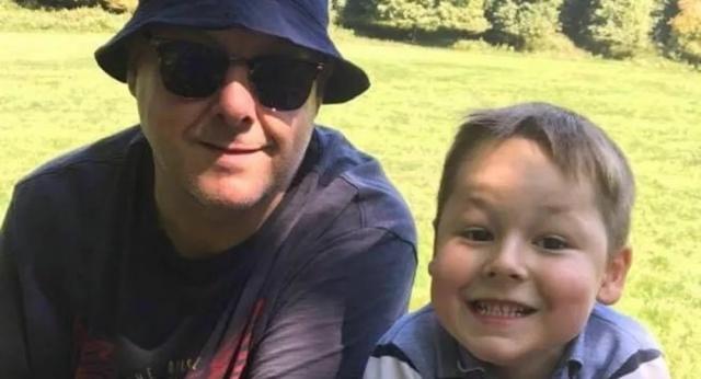 """Chris Cadby; eşi Julianne'in annesinin koronavirüs sebebiyle ölümünden 4 gün sonra hayatını kaybettiği söyleyerek, 7 yaşındaki oğlu Evan'a bu durumu söylemek zorunda kaldığında ''Baba sıra kimde? Sende mi, bende mi?'' yanıtını aldığını söyledi. Evan'ın sorusuna yanıt vermekte zorlandığını belirten baba, kendi testinin de pozitif çıktığını ancak durumunun iyiye gittiğini söyledi.  Chris Cadby, """"Evan'ın da testi pozitif çıktı aslında ama belirti göstermedi ve evde takip edildi. Durumu iyi"""" dedi."""
