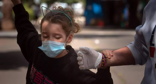 Korona çocuklarda Kawasaki dışında yeni ve gizemli bir hastalığı daha tetikliyor. O hastalık Amerika'dan Avrupa'ya sıçradı. Can almaya da başladı. Uzmanlar en az 230 çoçuğun bu bilinmeyen hastalığın pençesinde olduğunu açıkladı. Dünya korona tehdidini atlatamadan bir kez daha paniğe kapıldı.