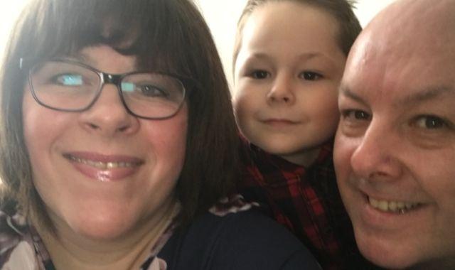 Koronavirüs, Galler'de bir ailenin zor anlar yaşamasına sebep oldu. Birkaç gün arayla anne ve anneannesini kaybeden 7 yaşındaki Evan, babasına ''Sıra sende mi yoksa bende mi?' sorusunu yöneltti.  Galler'de bir ailenin yaşadığı trajedi, koronavirüs salgını istatistikleri bir tarafa insanların ve ailelerin yaşadığı acıya dikkat çekti. Galler'in başkenti Cardiff'te yaşayan 7 yaşındaki bir çocuk birkaç gün arayla anneannesini ve annesini kaybetti. 7 yaşındaki Evan Cadby'nin babası Chris Cadby, bu durumla nasıl başa çıkmaya çalıştığını Sky News'e anlattı.