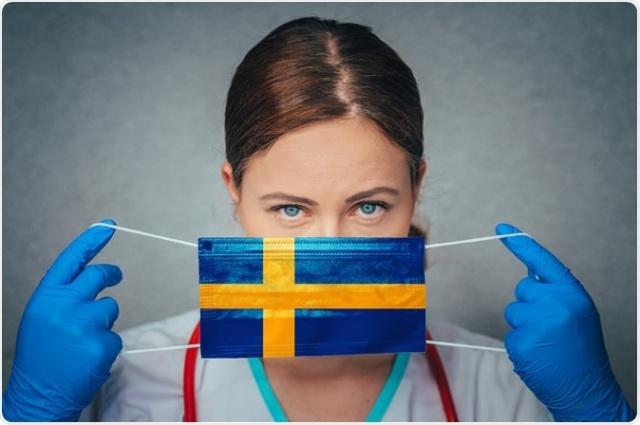 İsveç'te koronavirüs salgını başladığından bu yana hiç bir şekilde önleyici tedbirler alınmadı. Sınırlı tavsiyelerle sınırlı kalarak süreci yöneten İsveç'te, Ağustos ayında maske satışları rekor kırdı.  İsveç'te maske takma zorunluluğu yok, genel olarak maske takan insanları da görmek çok nadir, peki maskeleri kim ve neden satın alıyor?  İsveç eczanelerindeki maske stokları tükenme noktasına geldi. Ülke gelinde haftalık ortalama 2,1 milyon üzerinde maske satılıyor. Eczacılar vatandaşların maske stoğuna başladığını söylüyor ve maske takma kuralı olmadığı halde neden bu kadar maske alındığı soruları kafa karıştırıyor.