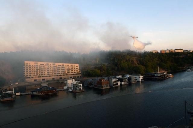İsveç'in başkenti Stockholm'ün Nacka bölgesinde çıkan orman yangını bir türlü kontrol edilemiyorum.