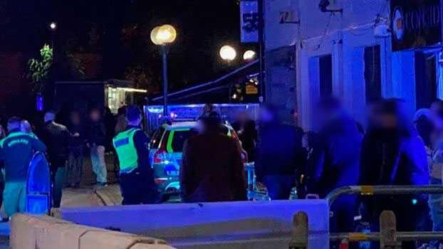 İsveç'in Linköping şehrinde eğlence mekanlarının yoğun olduğu sokakta, bir gece kulübünün önünde saldırıya uğrayan 20'li yaşlarındaki kişi ciddi şekilde yaralandı.  Olay, şehrin ortasında eğlence mekanlarının yoğun olduğu bir sokakta çok sayıda tanığın önünde meydana geldi.  Polis, cinayete teşebbüsle karıştığından şüphelenilen üç kişinin gözaltına alındığını duyurdu.  Gece saat birden sonra bir anda kargaşanın yaşandığı sokakta, üç kişi bir kişiyi önce dövdüğü, sonra bıçakladığı belirtildi. Saldırının hedefinde olan kişi ağır yaralı halde ambulansla hastaneye kaldırıldı.