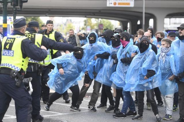 İsveç'in başkenti Stockholm merkezinde gösteri yapan Nazi yandaşları polisle çatıştı.