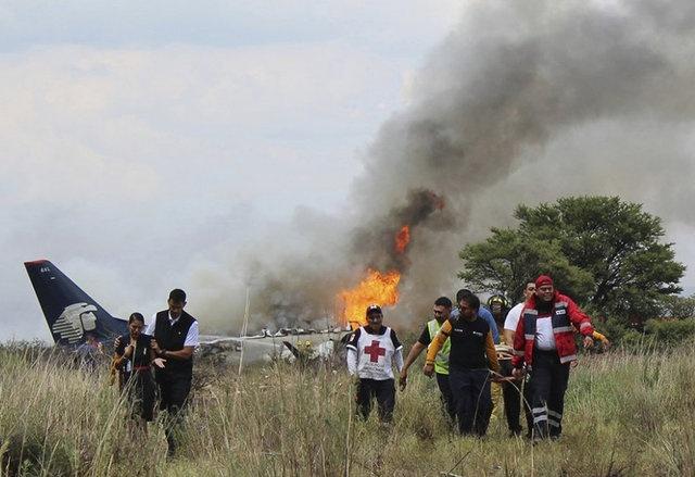 Aispuro, uçaktaki 101 kişinin de hayatta olduğunu, kazayı yaralanmayla atlattıklarını ve yaralı olan 49 yolcunun hastanelere ulaştırıldığını açıkladı.