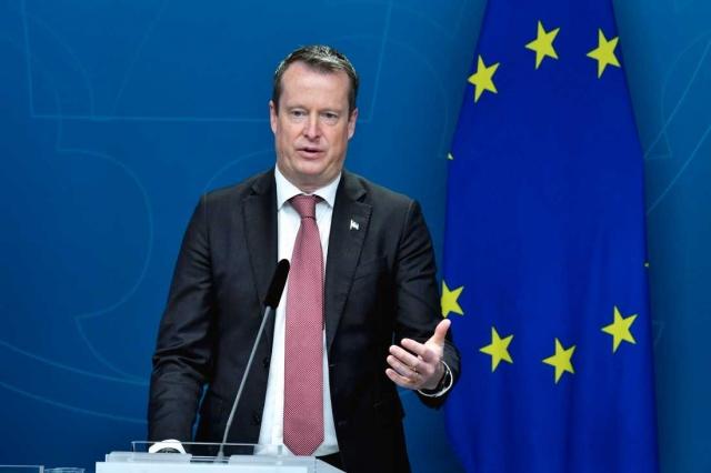 Dijitalleşme Bakanı Anders Ygeman, aşı pasaportu ilgili yaptığı basın toplantısında önemli bilgiler verdi.  Ygeman, COVID-19'a karşı aşılamalar tüm hızıyla devam ediyor. Yarım milyondan fazla İsveçli ilk doz aşı aldı. Gelecek hafta, İsveç'e çeyrek milyon aşı dozu verilecek diyerek, hükümetin dijital aşı pasaportu ile ilgili çalışması olduğunu belirtti.