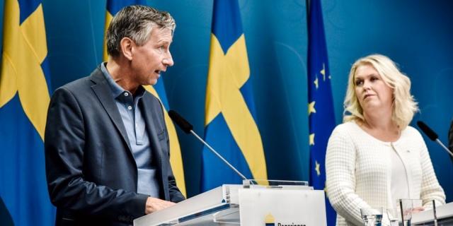 """Astra Zeneca'nın Avrupa'ya aşıları önemli ölçüde azalttığını duyurması üzerine, İsveç'inde alması beklenen sayı 3.3 milyon daha az olacağı açıklandı.  Şirketin açıklmasından sonra İsveç'ten sert tepkiler geldi. Umarım bu ticaret savaşına dönmez diyen, İsveç aşı kordinatörü: """"Aşıyı kendilerine saklamak istiyorlar."""" dedi.  Bugün ilaç devi Astra Zeneca'nın söz verdiği aşıdan 3,3 milyon daha az aşı  vereceği haberi gelmesi üzerine İsveç'ten tepki gecikmedi.   Aynı zamanda, paylaşmak istemedikleri milyonlarca Astra Zeneca aşısının olduğu ülkeler de var."""