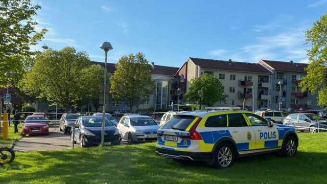 """Linköping'in Berga belediyesinde 20'li yaşlarında bir genç çete hesaplaşması sonucunda öldürüldü.  Edinilen bilgilere göre, dün Çarşamba günü Linköping'deki Berga yerleşim bölgesindeki apartmanlar arasında 20'li yaşlarında bir genç vurularak öldürüldü.  Linköping polis yetkilisi Ann-Christine Rehnström, """"Saldırıyı hem gören hem de duyan birkaç kişi var"""" diyerek, olayla ilgili soruşturmanın derinleştirildiğini aktardı.  Çarşamba akşamı yediye çeyrek kala, yapılan ihbar üzerine polis harekete geçti. Berga'daki yerleşim alanı içinde bir kişinin silahlı saldırı sonucu vurulduğu söylendi. İhbarda bulunan kişilerin silah sesleri duyduklarını söyledi."""
