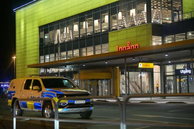 """Helsingborg, Väla'daki Ikea boşaltıldı.   Gelen son dakika bilgisine göre birkaç polis ekibi IKEA mağazasını boşalttı.  Güney bölgesi polisi Evelina Olsson, """"Binada olabileceğini düşündüğümüz bir kişiyi arıyoruz"""" diyerek soruşturmanın gizliliği nedeniyle daha fazla bilgi vermeyeceğini ve güvenlik nedeniyle mağazanın boşaltıldığını belirtti."""