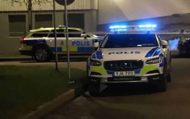 Dün sabah başkent Stockholm'ün Rinkeby semtinde bir binanın bodrum katında bir adam cansız bulundu.   Polis olayla ilgili yaptığı teknik inceleme sonrasında olayın cinayet olduğuna karar verdi.   Cansız bedeni bodrum katında bulunan adamla ilgili ihbar üzerine olay yerine polis ve sağlık ekipleri sevk edildi. Olay yerine varan sağlık ekipleri şahsın öldüğünü belirledi.