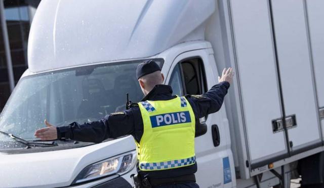 İsveç basınında da yer alan habere, Rus bir turist uzun süre uçak bakım servisinde fark edilmeden kaçak çalıştı.