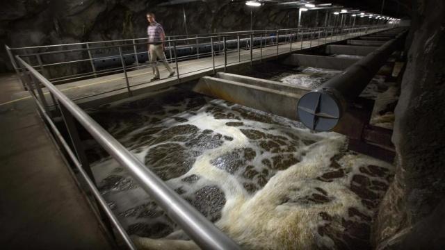 Salgının hız kazandığı İsveç'te yapılan yeni bir araştırmaya göre başkent Stockholm'ün atık sularındaki koronavirüs seviyesi arttı.  Stockholm'deki üç arıtma tesisinde atık suda koronavirüs varlığı son zamanlarda arttı. KTH tarafından yapılan analizlere göre, 44 ve 48'inci haftalarda virüs oranı ciddi şekilde arttı.  Özellikle Stockholm'ün merkezindeki Henriksdal'daki arıtma tesisinden alınan numunelerde yüksek oranda virüs tespit edildi.