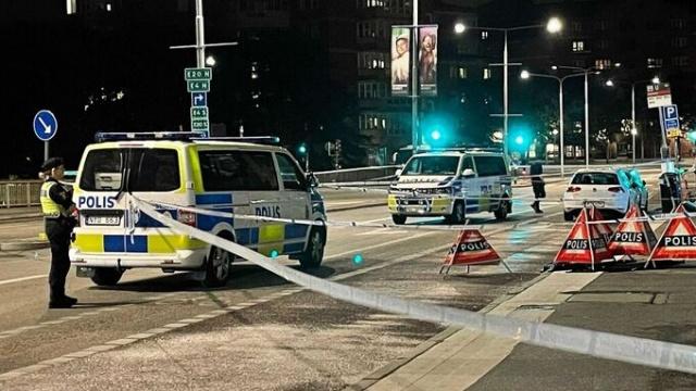 """Dün gece yarısına doğru Stockholm'ün merkezindeki Klarabergsviadukten'de bulunan bir barda büyük bir bar kavga çıktı.   Olayın polise ihbar edilmesi ile polis olay yerine hareket etti. Olaya bir düzine insanın karıştı ve 25'li yaşlarında bir adamın kavgada sırtına aldığı bıçak darbesiyle yaralandığı belirtildi.  Sağlık ekibinde görevli Carina Andersson, """"Bara geldiğimizde herkes gitmişti ama sokakta kan izleri vardı"""" diyerek bıçaklanan kişinin ciddi şekilde yaralandığını belirtti."""