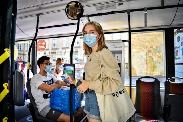 Danimarka toplu taşıtlarda, özellikle İsveç'ten Danimarka'ya seyahat eden gemi yolcularının maske takmaması durumunda ciddi bir para cezası uygulanıyor.  Elsinore'daki feribot terminalinde maske takmayı gözardı eden 50'li yaşlarında bir İsveçli, hakkında soruşturma başlatıldı.