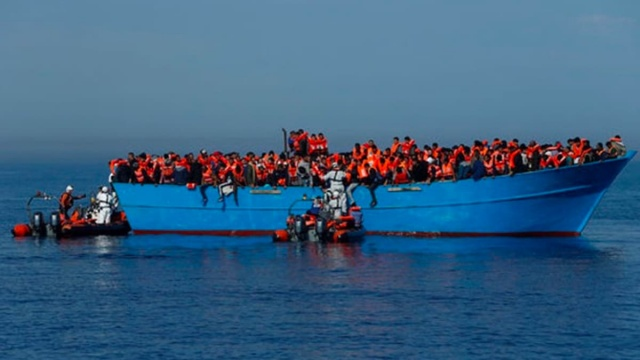 """Afrika'dan, ülkelerindeki siyasi çalkantılar nedeniyle yönlerini Avrupa'ya dönen düzensiz göçmenler çoğu zaman karşı kıyıya geçemeden hayallerini ve umutlarını yükledikleri küçük teknelerle Akdeniz'in soğuk sularına gömülüyor.  Ülkelerinde yaşanan çalkantılı siyasi gelişmeler ve ekonomik istikrarsızlıktan bıkarak, hayallerini gerçekleştirmek için """"vadedilmiş cennete"""" doğru yola çıkanların yollarının sonu sık sık ölüme çıkıyor.  Ayrıca yeni tip koronavirüs (Kovid-19) salgınının ülkelerindeki ekonomik koşulların düzelmesi umutlarını iyice köreltmesi düzensiz göçmenlerin sayısında artışı tetikledi.  Akdeniz kıyısındaki Tunus'tan Avrupa'ya düzensiz göç süreci, yetkililerin aldığı güvenlik önlemlerine rağmen 2011'den bu yana artarak sürüyor. Son birkaç ay içinde Tunus Sahil Güvenlik güçleri ülkenin deniz sınırlarında birçok düzensiz geçişi engelledi ve yüzlerce göçmeni durdurdu."""