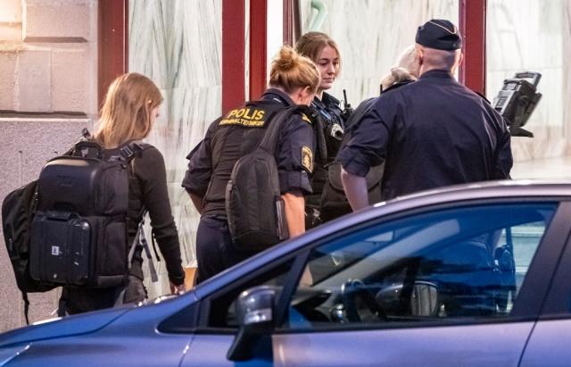Cumartesi günü Malmö'de bir apartman dairesinde bir kadın ve bir erkek ölü bulundu.  Edinilen bilgilere göre, Malmö'deki bir apartman dairesinde biri kadın iki kişinin ölü bulunmasıyla ilgili polis cinayet soruşturması başlattı.  Bir ihbarı değerlendiren polis, gittiği dairede iki cesetle karşılaştı. Polisin ilk incelemelerine göre, kadının öldürülğü netleşirken, bulunan erkek cesedi ile ilgili de inceleme devam ediyor.  Olay yeri inceleme ekibinin titiz bir çalışma yürüttüğü belirtilirken, cesetlerin bulunduğu daire kordon altına alındı.